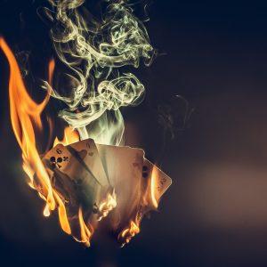 brennende Spielkarten - entfesselt geblitzt