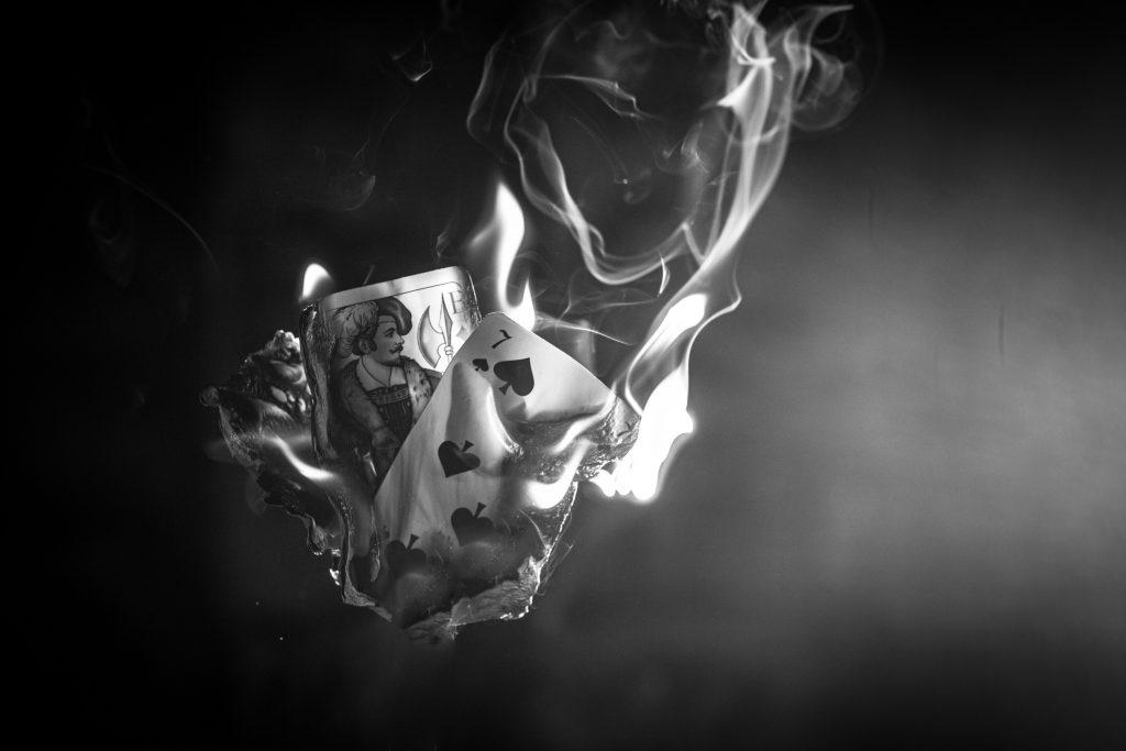 brennende Spielkarten in schwarz-weiß